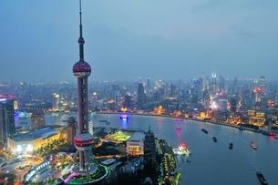 中国 上海 夜景 大都市 ビル群 東方明珠タワー 発展 未来の写真素材 [FYI04532320]