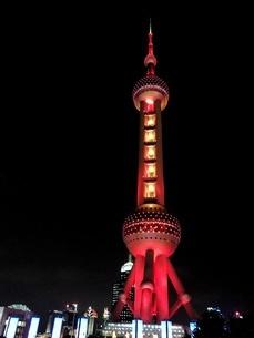 中国 上海 夜景 大都市 ビル群 東方明珠タワー 発展 未来の写真素材 [FYI04532322]
