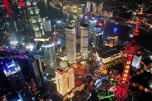 中国 上海 夜景 大都市 ビル群 東方明珠タワー 発展 未来の写真素材 [FYI04532324]