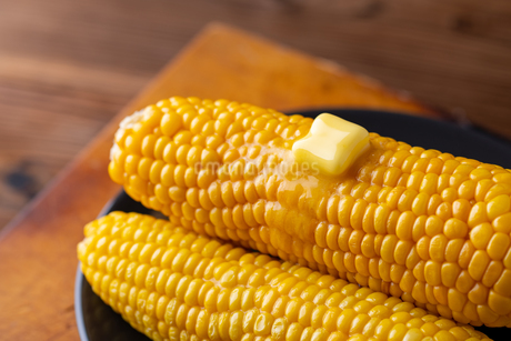 Melted butter on sweet corn.の写真素材 [FYI04532337]