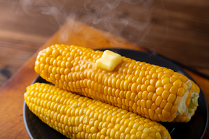 Melted butter on sweet corn.の写真素材 [FYI04532338]