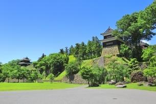 新緑の上田城 西櫓と南櫓の写真素材 [FYI04532535]