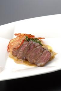 国産肉のフレンチ料理の写真素材 [FYI04532755]