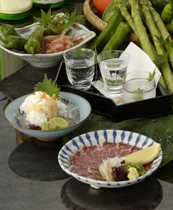 日本酒とハモと馬刺御膳の写真素材 [FYI04532793]