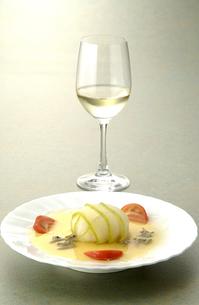 白ワインとフランス料理の写真素材 [FYI04532796]