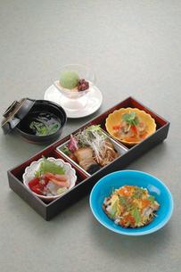 和食三品とちらし寿司御膳の写真素材 [FYI04532800]