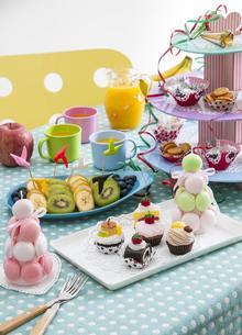 カップケーキやフルーツ盛り合わせの写真素材 [FYI04532803]