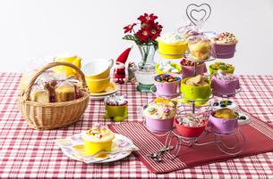 カップケーキとクリスマスの飾りつけをしたテーブルの写真素材 [FYI04532804]