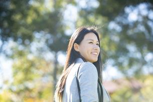 振り返って笑っている女性の写真素材 [FYI04532838]