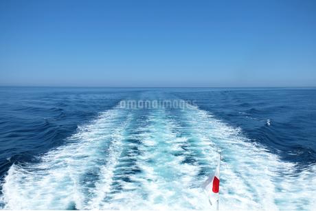 船が作る航跡波と日の丸の写真素材 [FYI04532845]
