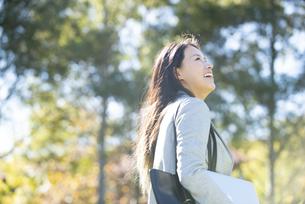 見上げて笑っている女性の写真素材 [FYI04532846]
