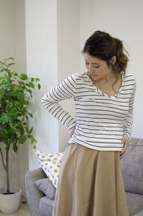 腰を押さえる妊婦さんの写真素材 [FYI04532897]