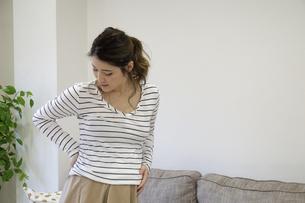 腰を押さえる妊婦さんの写真素材 [FYI04532898]