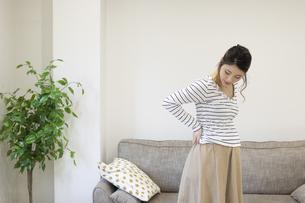 腰を押さえる妊婦さんの写真素材 [FYI04532901]