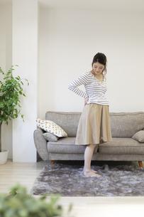 腰を押さえる妊婦さんの写真素材 [FYI04532902]