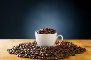 Roasted coffee beans in coffee cup. Delicious coffee concept image.の写真素材 [FYI04532994]