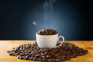 Roasted coffee beans in coffee cup. Delicious coffee concept image.の写真素材 [FYI04532995]