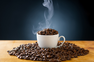 Roasted coffee beans in coffee cup. Delicious coffee concept image.の写真素材 [FYI04532996]