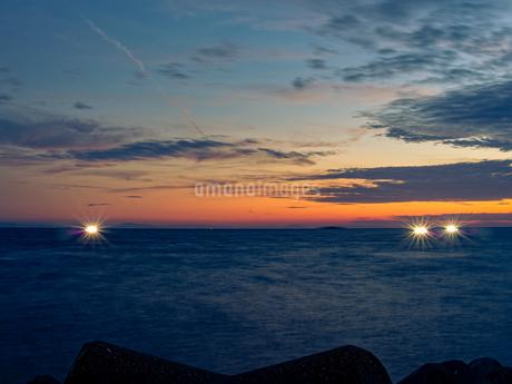 漁火の見える夕方の海岸の写真素材 [FYI04533004]