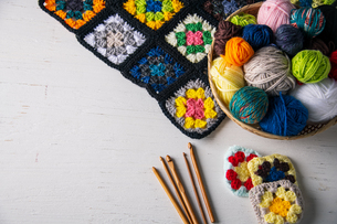 Yarn balls,crochet needles,granny squares on white background.の写真素材 [FYI04533038]