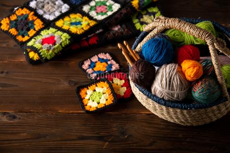 Yarn balls and crochet needles in basket.の写真素材 [FYI04533041]