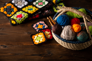 Yarn balls and crochet needles in basket.の写真素材 [FYI04533041]