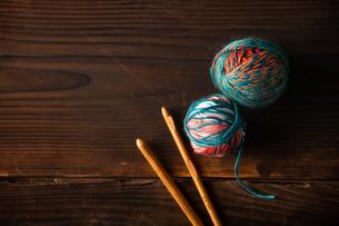 Yarn balls and crochet needlesの写真素材 [FYI04533044]