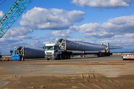 軽港に陸揚げされた風力発電機 風車の巨大ブレードの写真素材 [FYI04533084]