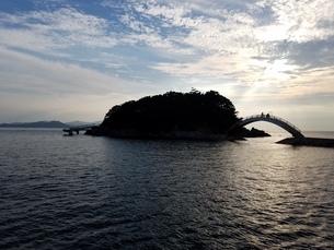 海に浮かぶ小島の写真素材 [FYI04533301]