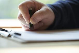書類に捺印する男性の手元の写真素材 [FYI04533426]