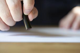 書類に捺印する男性の手元の写真素材 [FYI04533429]