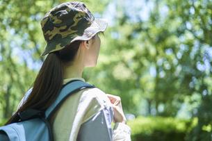 新緑の登山を楽しむ若い女性の写真素材 [FYI04533489]