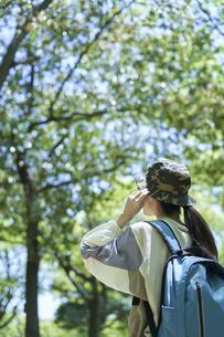 新緑の登山を楽しむ若い女性の写真素材 [FYI04533490]
