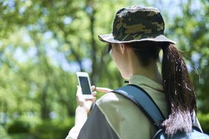新緑の登山を楽しむ若い女性の写真素材 [FYI04533493]