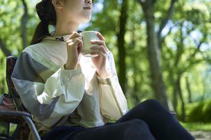 一人キャンプを楽しむ若い日本人女性の写真素材 [FYI04533513]