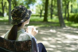 一人キャンプを楽しむ若い日本人女性の写真素材 [FYI04533517]