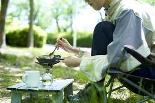 一人キャンプを楽しむ若い日本人女性の写真素材 [FYI04533529]