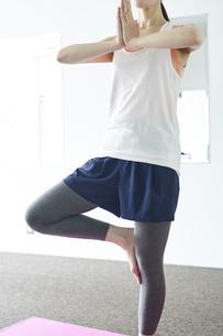 部屋の中でヨガを行う若い日本人女性の写真素材 [FYI04533540]