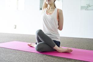 部屋の中でヨガを行う若い日本人女性の写真素材 [FYI04533546]
