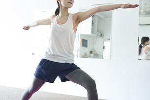 部屋の中でヨガを行う若い日本人女性の写真素材 [FYI04533551]