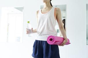 部屋の中でヨガを行う若い日本人女性の写真素材 [FYI04533555]