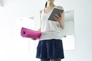 部屋の中でヨガを行う若い日本人女性の写真素材 [FYI04533557]