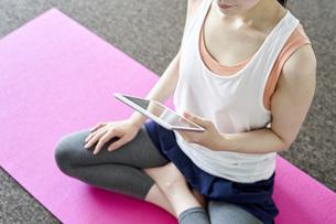 部屋の中でヨガを行う若い日本人女性の写真素材 [FYI04533569]