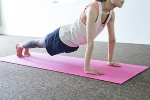 部屋の中でトレーニングをする若い日本人の女の写真素材 [FYI04533575]