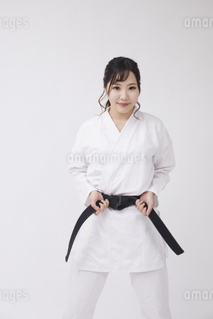 道着を着た若い日本人女性の写真素材 [FYI04533576]