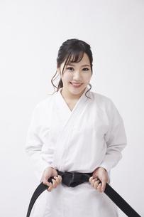 道着を着た若い日本人女性の写真素材 [FYI04533577]