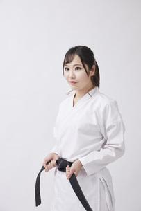 道着を着た若い日本人女性の写真素材 [FYI04533578]