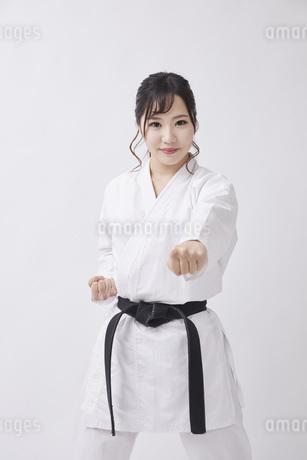 道着を着た若い日本人女性の写真素材 [FYI04533579]
