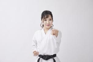 道着を着た若い日本人女性の写真素材 [FYI04533580]
