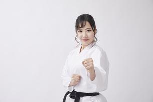 道着を着た若い日本人女性の写真素材 [FYI04533581]